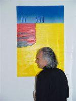 """Ein Portrait vom Künstler """"Heinz Morstadt"""" vor einem seiner Bilder"""
